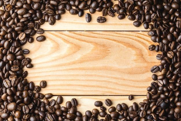 Grains de café sur la table. espace libre pour votre texte