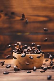 Grains de café. tasse à café pleine de grains de café.