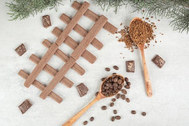 Grains de café et tasse de café sur une surface en marbre.