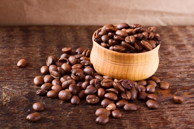 Grains de café sur la texture du bois