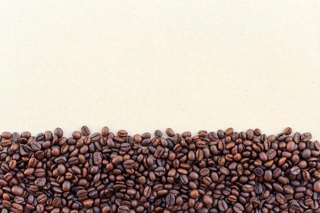 Grains de café sur la texture du papier