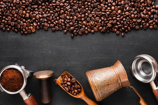Grains de café torréfiés avec accessoires