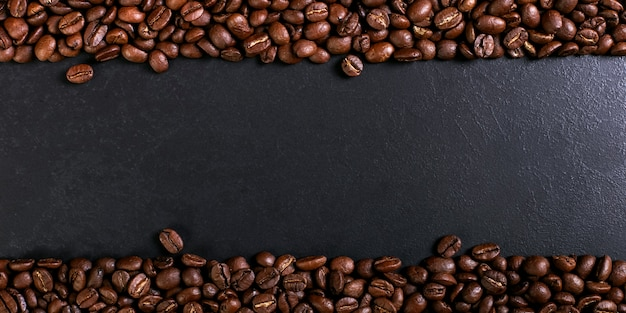 Grains de café torréfiés aroma sur table rustique, fond de bannière brune.