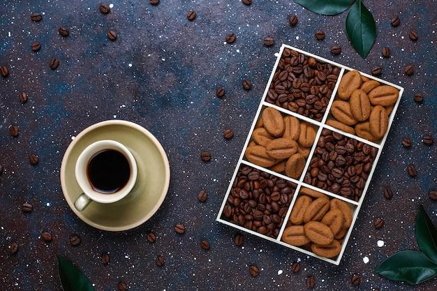 Grains de café torréfiés et biscuits en forme de grains de café