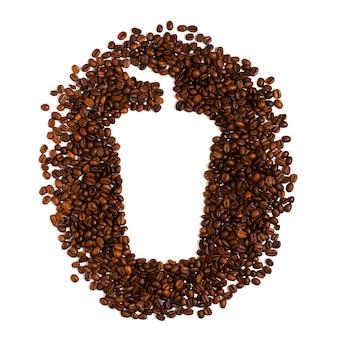 Grains de café torréfiés sur blanc. espace pour le texte en forme de tasse à café en plastique