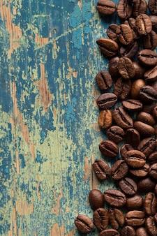 Grains de café torréfiés sur bois rustique