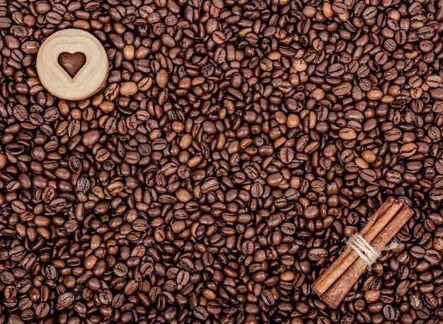 Grains de café torréfiés. café, cannelle et biscuits