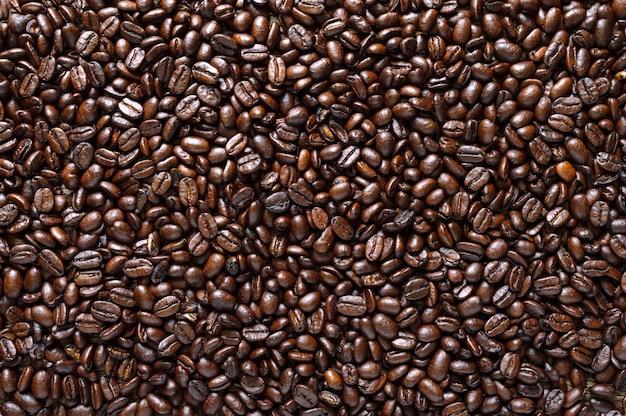Grains de café torréfiés complets. fond de café. vue de dessus, mise à plat