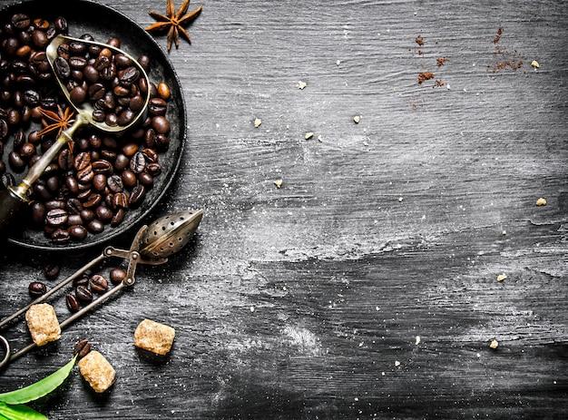 Grains de café torréfiés dans une poêle.