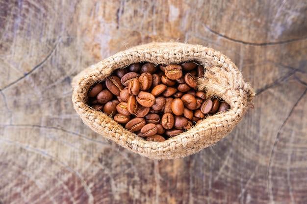 Grains de café torréfiés dans un sac brun
