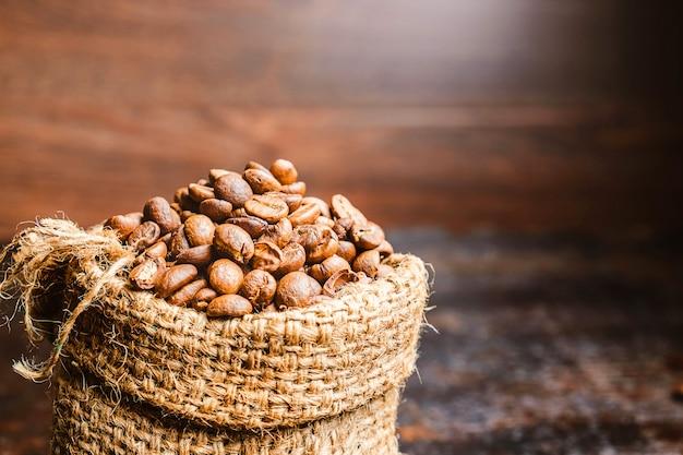 Grains de café torréfiés dans des sacs marron