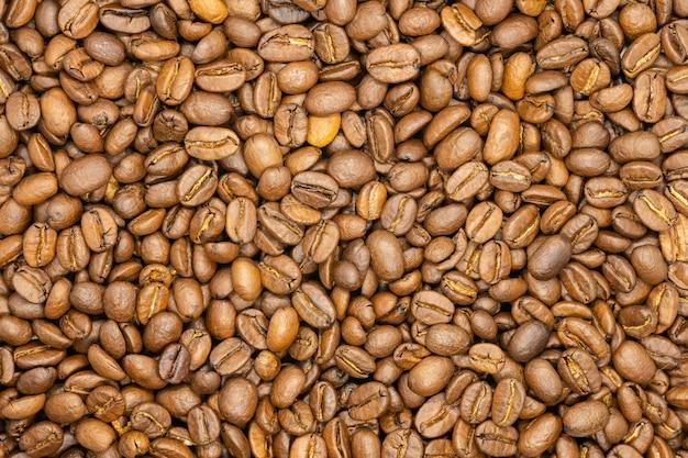Grains de café torréfiés, gros plan, macro.