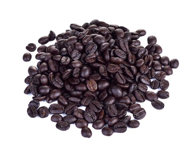 Grains de café torréfiés isolés sur blanc