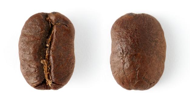 Grains de café torréfiés isolés sur fond blanc