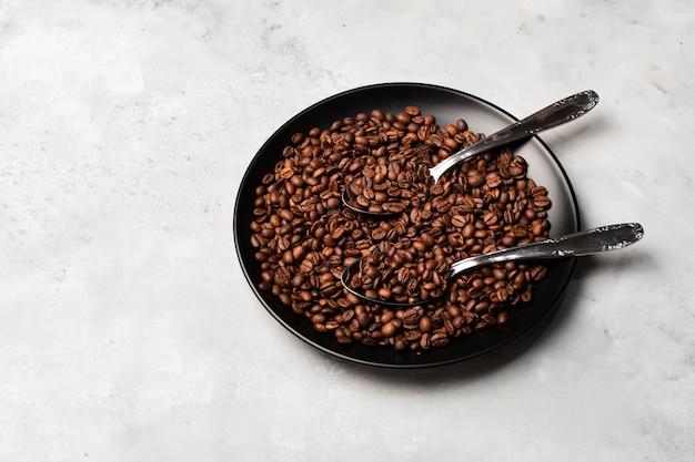 Grains de café torréfiés sur plaque