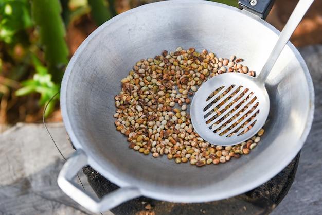 Grains de café torréfiés sur une poêle chaude