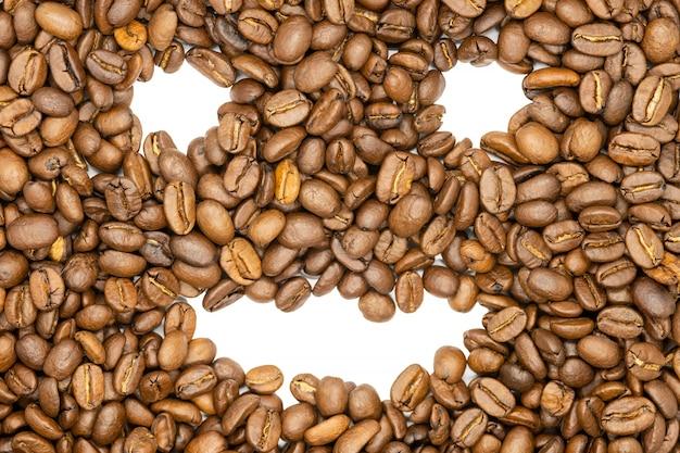 Grains de café torréfiés, sourire drôle, gros plan.