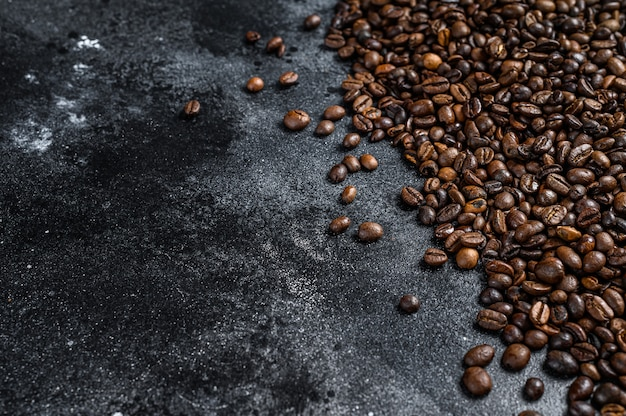Grains de café torréfiés sur table rustique.