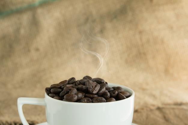 Grains de café torréfiés vintage sur fond en bois
