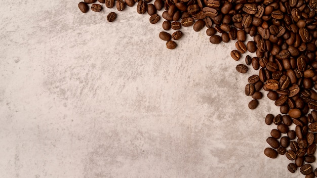Grains de café torréfiés avec vue de dessus avec espace de copie
