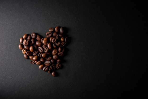 Grains de café torréfiés vue de dessus en forme de coeur