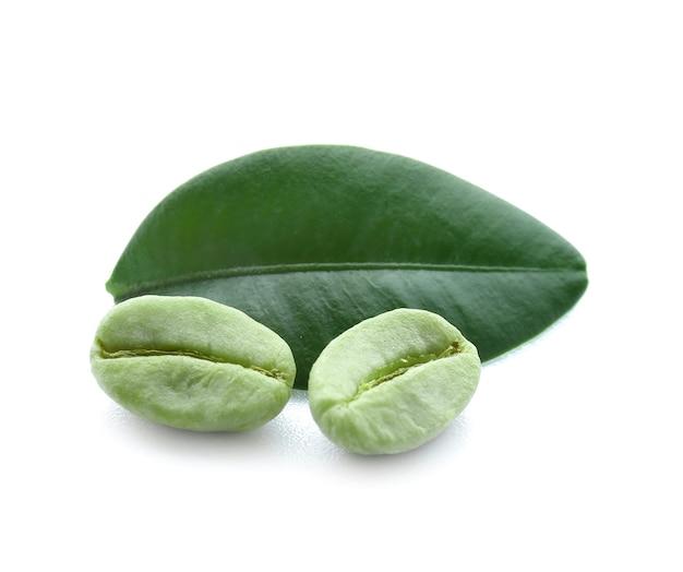 Grains de café vert sur blanc