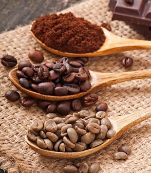 Grains de café verts et bruns dans des bols