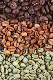 Grains de café verts et bruns