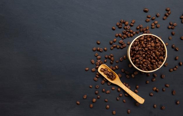 Grains de café sur la vieille table noire