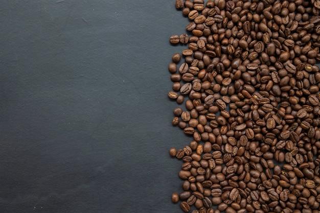 Grains de café sur le vieux fond de tableau noir