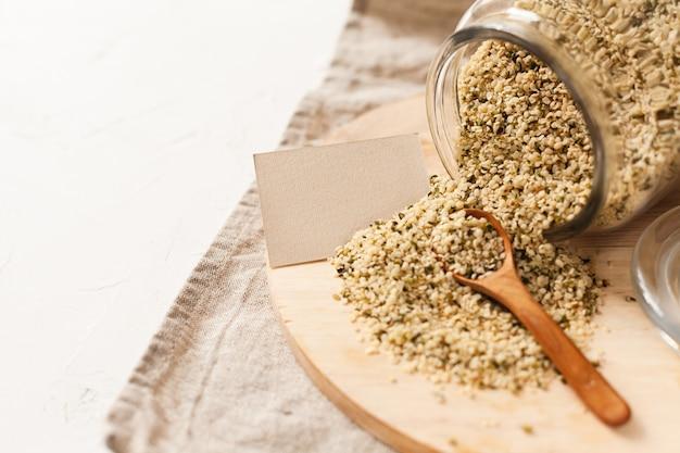 Grains de cannabis dans un pot