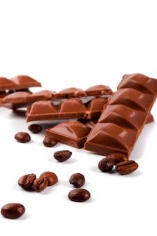 Grains de chocolat et de café sur fond blanc
