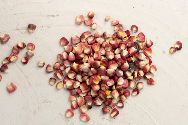 Grains de maïs rouge gros plan sur table