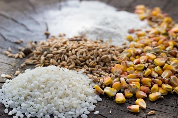 Grains, mélange alimentaire sur fond de bois