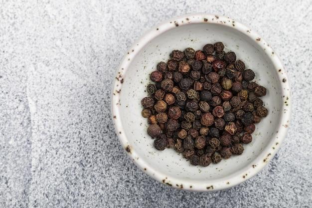 Grains de poivre noir bio séché