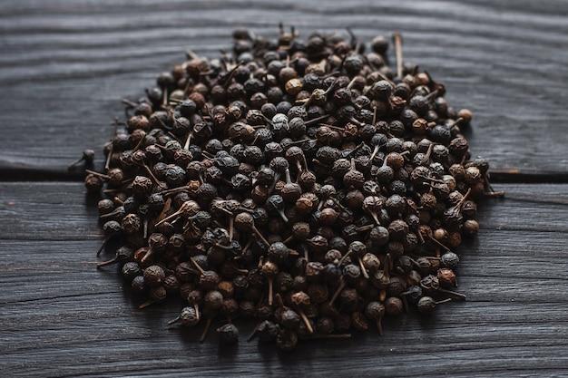 Grains de poivre noir, graines de poivre sur une surface close up macro
