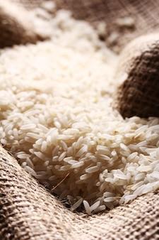 Grains de riz blanc sur toile de sac