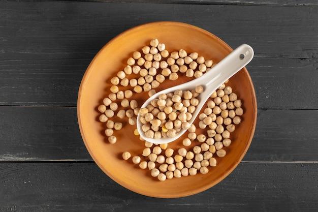 Grains de soja sur une table en bois