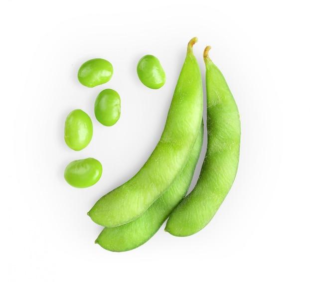 Grains de soja verts isolés sur fond blanc