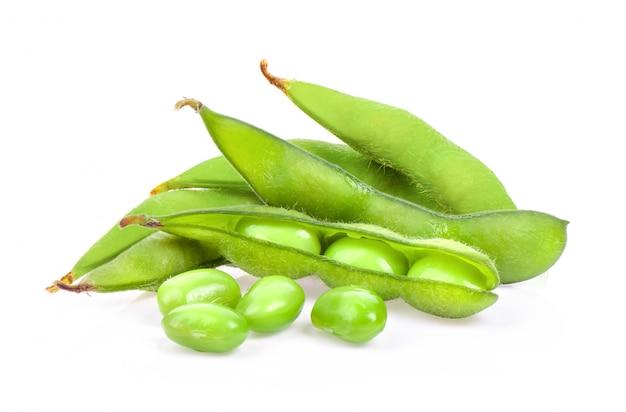 Grains de soja verts isolés sur une surface blanche