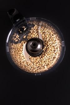 Grains de tournesol bio rôtis au concept de nourriture saine dans un mélangeur t pour faire du beurre de tournesol