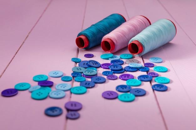 Grand angle de bobines de fil bleu avec boutons