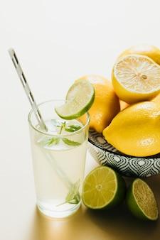 Grand angle sur un bol de citron sur un fond uni