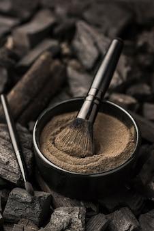 Grand angle de bol avec poudre fine et charbon de bois