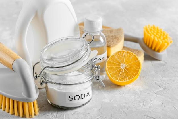 Grand angle de brosses de nettoyage écologiques avec du bicarbonate de soude et du citron