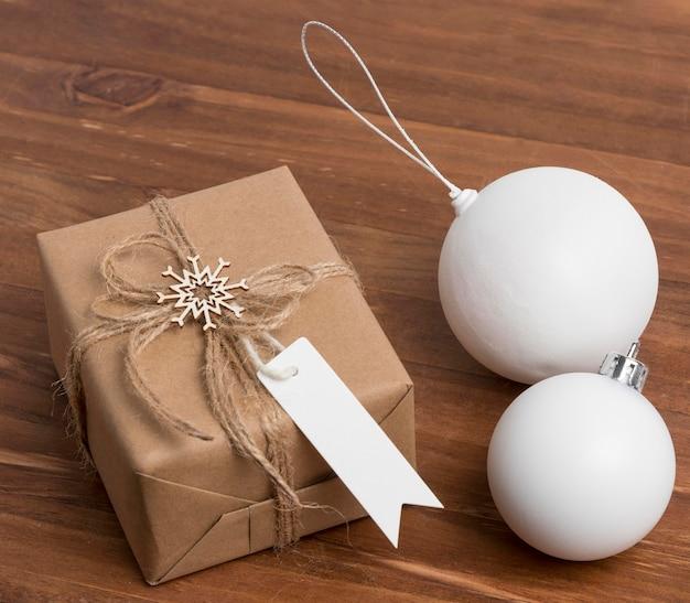 Grand angle de cadeau de noël enveloppé avec des ornements de boule