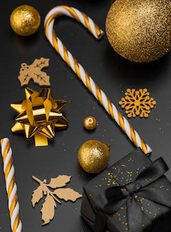 Grand angle de cadeau de noël avec des ornements dorés