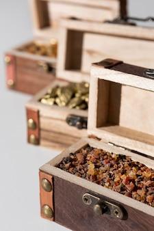 Grand angle de coffres au trésor de l'épiphanie avec des raisins secs et des pierres