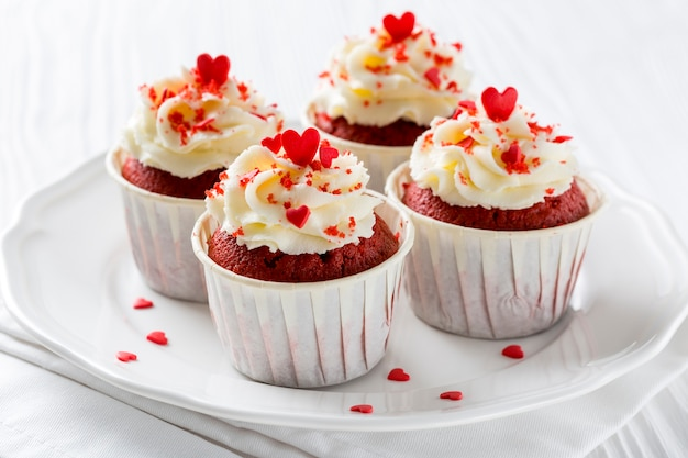 Grand angle de cupcakes avec des pépites en forme de coeur