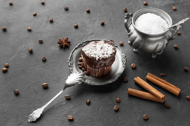 Grand angle de dessert au chocolat avec des bâtons de cannelle
